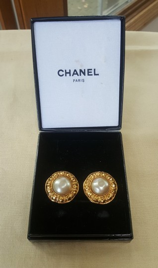 Chanel AUTHENTIC CHANEL VINTAGE GOLD TONE/PLATED FAUX PEARL CLIP ON EARRINGS Image 1
