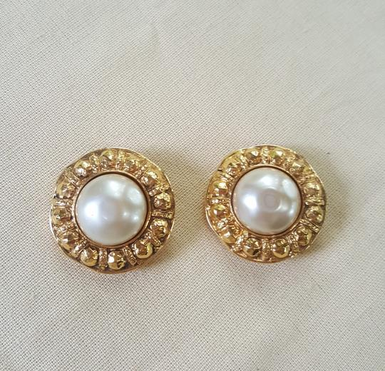 Chanel AUTHENTIC CHANEL VINTAGE GOLD TONE/PLATED FAUX PEARL CLIP ON EARRINGS Image 2