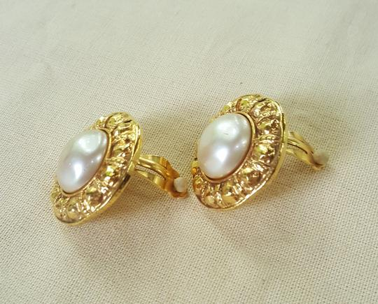 Chanel AUTHENTIC CHANEL VINTAGE GOLD TONE/PLATED FAUX PEARL CLIP ON EARRINGS Image 4