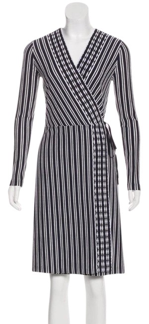 Preload https://img-static.tradesy.com/item/26004403/tory-burch-black-white-and-patterned-midi-wrap-mid-length-workoffice-dress-size-4-s-0-2-650-650.jpg