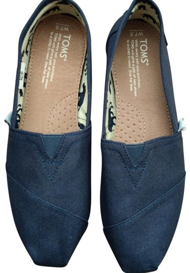 Preload https://img-static.tradesy.com/item/26026224/toms-navy-classic-slip-on-flats-size-us-75-regular-m-b-0-6-540-540.jpg