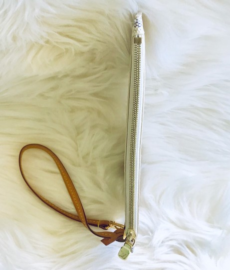 Louis Vuitton Wristlet in cream & navy Image 10