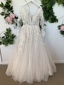 Essense of Australia Ivory/Moscato/Porcelain Lace and Tulle D2737 Feminine Wedding Dress Size 12 (L)