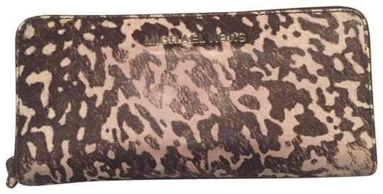 Preload https://img-static.tradesy.com/item/26102443/michael-kors-wallet-black-and-white-cowhide-leather-wristlet-0-1-540-540.jpg