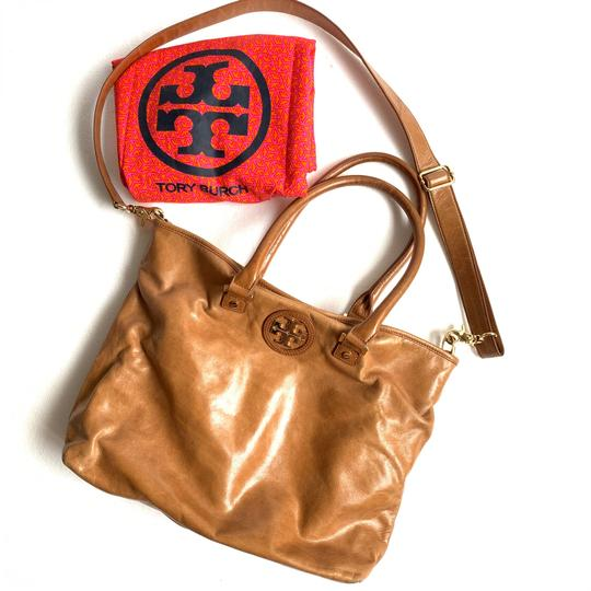 Preload https://img-static.tradesy.com/item/26118130/tory-burch-and-cross-body-camel-leather-tote-0-0-540-540.jpg