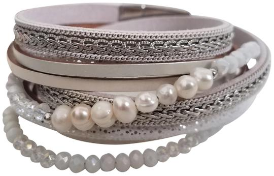 Preload https://img-static.tradesy.com/item/26118305/saachi-pearl-and-silver-leather-crystal-chain-bracelet-0-4-540-540.jpg