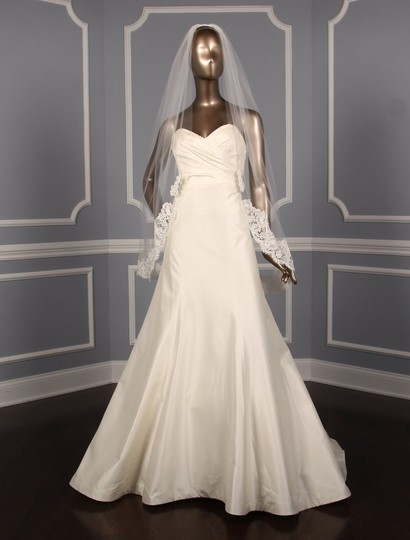 Preload https://img-static.tradesy.com/item/26124630/toni-federici-light-ivory-medium-courtney-10-730-bridal-veil-0-1-540-540.jpg
