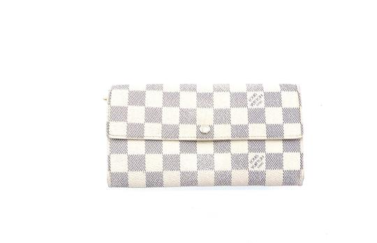 Preload https://img-static.tradesy.com/item/26131042/louis-vuitton-wallet-white-damier-azur-canvas-leather-clutch-0-0-540-540.jpg