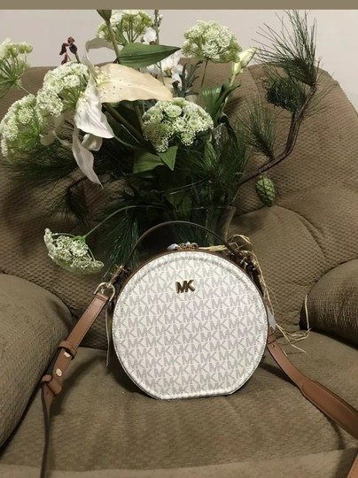 Preload https://img-static.tradesy.com/item/26131357/michael-kors-delaney-signature-canteen-vanillaacorngold-leather-cross-body-bag-0-5-540-540.jpg