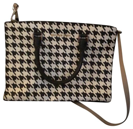 Preload https://img-static.tradesy.com/item/26149701/michael-michael-kors-mk-houndstooth-black-and-white-weekendtravel-bag-0-1-540-540.jpg