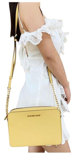 Preload https://img-static.tradesy.com/item/26161809/michael-kors-east-west-jet-set-large-dusty-daisy-yellow-cross-body-bag-0-1-540-540.jpg