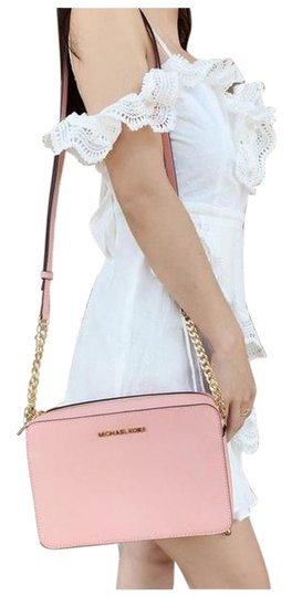 Preload https://img-static.tradesy.com/item/26162133/michael-kors-east-west-jet-set-large-pale-pink-cross-body-bag-0-1-540-540.jpg
