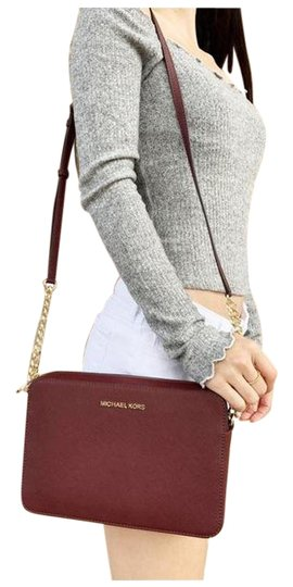 Preload https://img-static.tradesy.com/item/26167039/michael-kors-east-west-jet-set-large-merlot-cross-body-bag-0-2-540-540.jpg