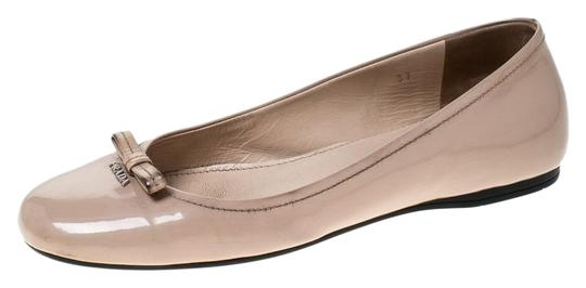 Preload https://img-static.tradesy.com/item/26167090/prada-beige-patent-leather-bow-round-toe-ballet-flats-size-eu-37-approx-us-7-regular-m-b-0-2-540-540.jpg