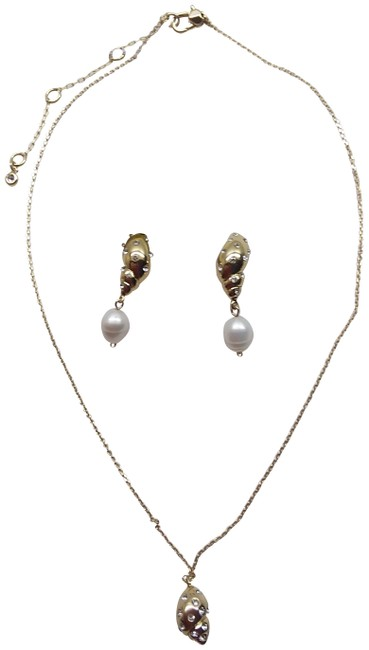 Item - Gold New Seashell Pearl Necklace & Earrings