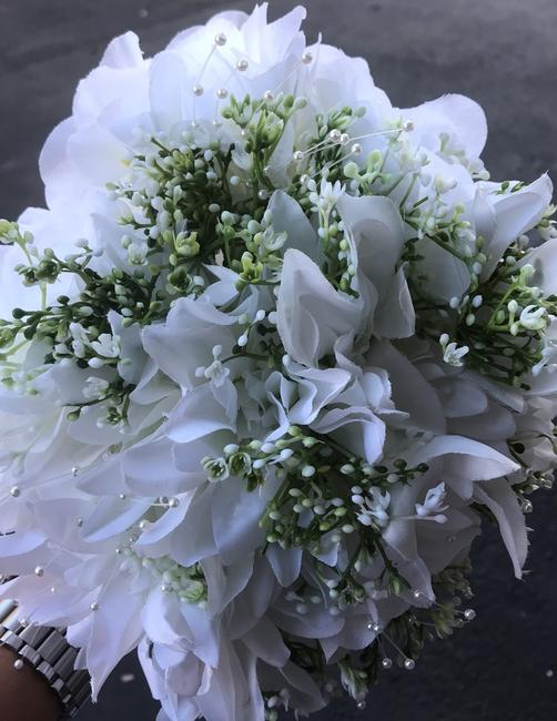 Item - White Green and Pearl with White and Silver Stems 5 Bridesmaid Bouquets