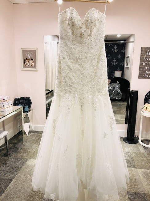 Essense of Australia Ivory Lace & Tulle D2116 Formal Wedding Dress Size 8 (M) Essense of Australia Ivory Lace & Tulle D2116 Formal Wedding Dress Size 8 (M) Image 1