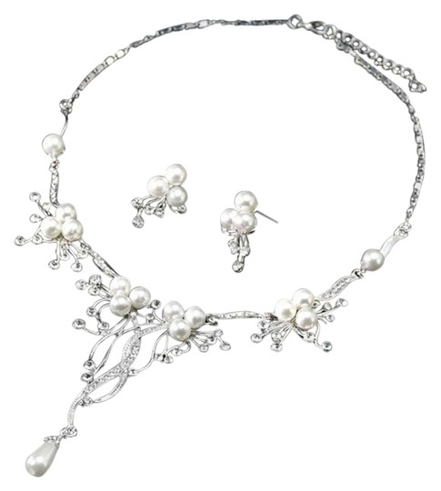 Preload https://img-static.tradesy.com/item/26229521/pearl-and-crystal-flower-statement-necklace-0-1-540-540.jpg
