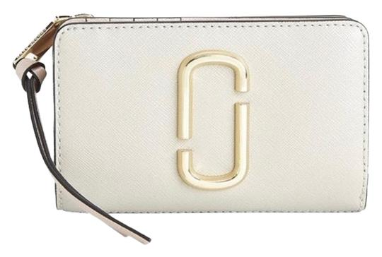 Preload https://img-static.tradesy.com/item/26250412/marc-jacobs-cream-snapshot-leather-compact-wallet-0-1-540-540.jpg
