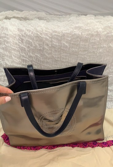 Tory Burch Tote in silver Image 5