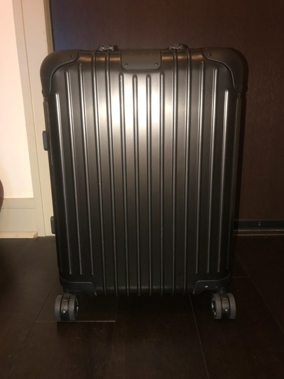 Preload https://img-static.tradesy.com/item/26304346/rimowa-cabin-small-22-inch-packing-case-black-anodized-aluminum-weekendtravel-bag-0-0-540-540.jpg