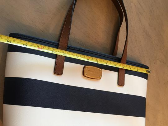 Michael Kors Shoulder Travel Jet Set Saffiano Striped Tote in Navy and White Image 11