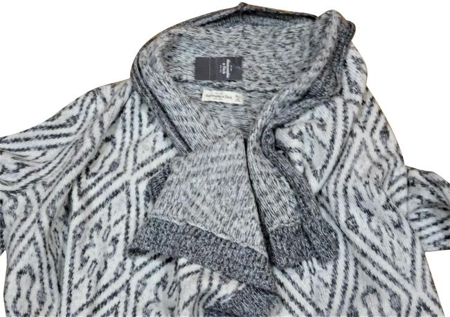 Preload https://img-static.tradesy.com/item/26415333/abercrombie-and-fitch-gray-grey-white-sweater-0-1-650-650.jpg