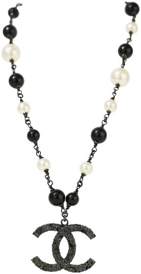 Preload https://img-static.tradesy.com/item/26434343/chanel-pearl-necklace-0-2-540-540.jpg