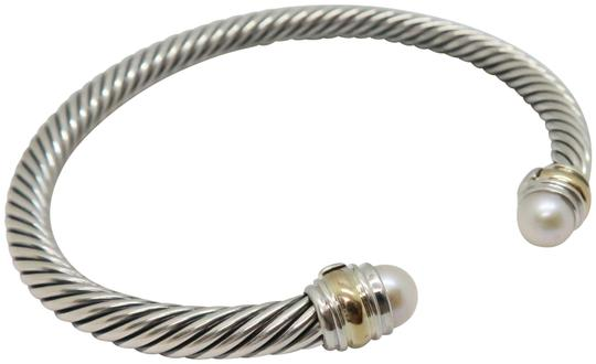 Preload https://img-static.tradesy.com/item/26447353/david-yurman-sterling-silver-and-pearl-5mm-cable-with-gold-trim-medium-size-bracelet-0-2-540-540.jpg