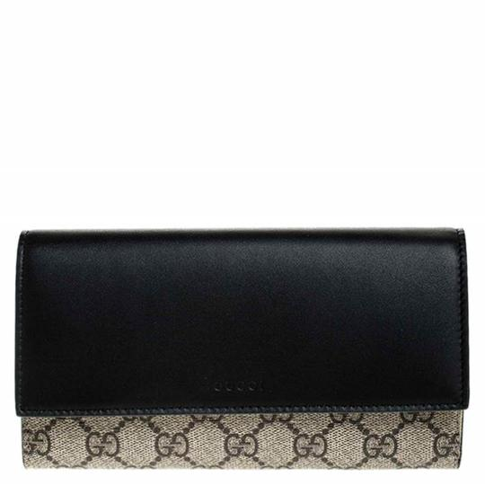 Preload https://img-static.tradesy.com/item/26472421/gucci-beige-beigeblack-gg-supreme-canvas-and-leather-flap-wallet-0-0-540-540.jpg
