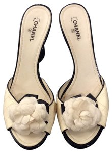 Chanel black and ivory Pumps