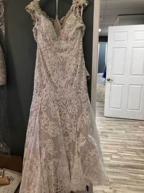 Item - Champagne/Ivory/Nude Lace C490 Traditional Wedding Dress Size 8 (M)