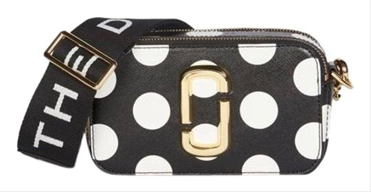 Preload https://img-static.tradesy.com/item/26649664/marc-jacobs-the-dot-snapshot-camera-black-and-white-leather-cross-body-bag-0-1-540-540.jpg