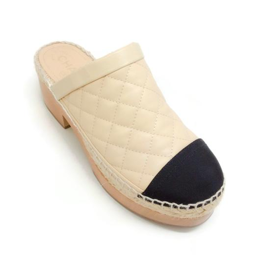 Preload https://img-static.tradesy.com/item/26649730/chanel-tan-black-quilted-espadrille-mulesslides-size-eu-37-approx-us-7-regular-m-b-0-0-540-540.jpg