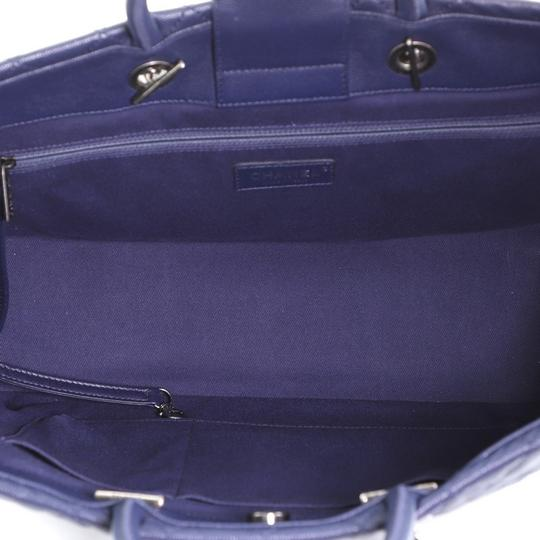 Chanel Leather Tote in blue Image 4