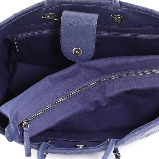Chanel Leather Tote in blue Image 5