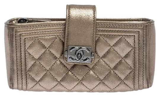 Preload https://img-static.tradesy.com/item/26668186/chanel-gold-quilted-cc-phone-holder-metallic-leather-clutch-0-1-540-540.jpg
