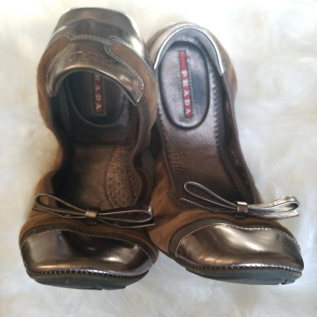 Prada Sigaro-sasso ; Brown with Gold Trim Camoscio-verni Flats Size EU 38 (Approx. US 8) Regular (M, B) Prada Sigaro-sasso ; Brown with Gold Trim Camoscio-verni Flats Size EU 38 (Approx. US 8) Regular (M, B) Image 1