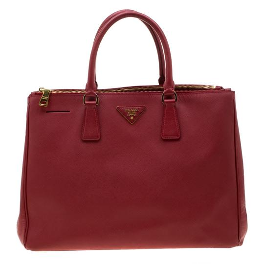 Preload https://img-static.tradesy.com/item/26769364/prada-double-lux-saffiano-large-zip-red-leather-tote-0-0-540-540.jpg