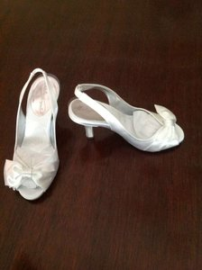 David's Bridal Dyable White Peep Toe Slingback with Bow Formal Size US 6