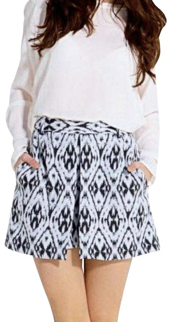 Item - Black and White Caslyn Jacquard Layered Shorts Size 2 (XS, 26)