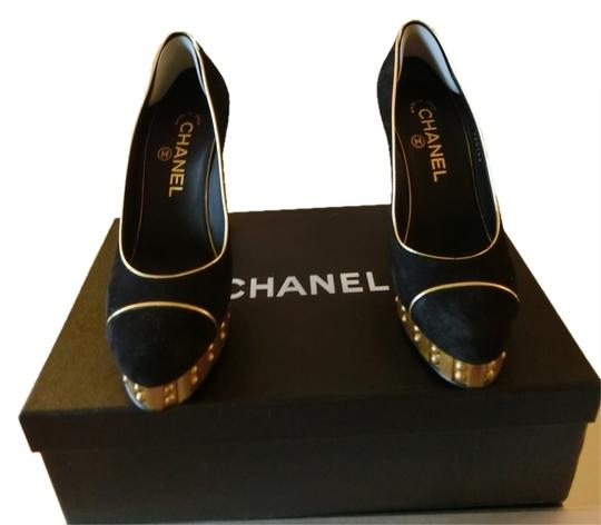 Preload https://item1.tradesy.com/images/chanel-black-and-gold-runway-pumps-size-us-85-regular-m-b-2696620-0-0.jpg?width=440&height=440