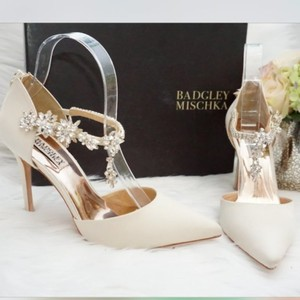 Badgley Mischka White Cream Venom D'orsay Embellished Ankle Strap Ivory Satin Pumps Size US 8 Regular (M, B)