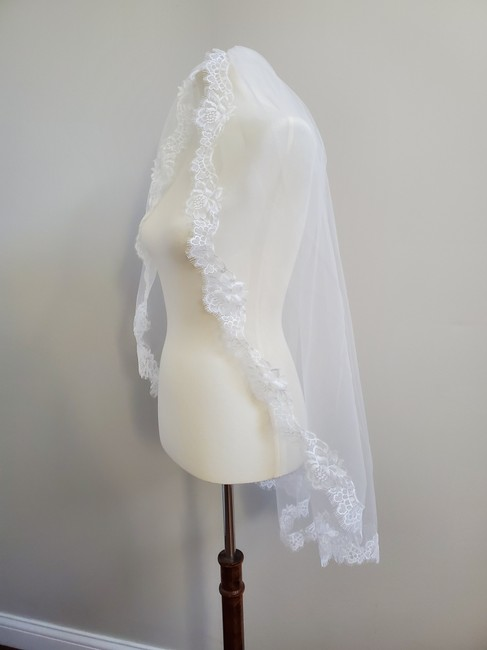 Unbranded Iight Ivory Short Single Tier Lace Bridal Veil Unbranded Iight Ivory Short Single Tier Lace Bridal Veil Image 1