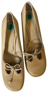 BCBGMAXAZRIA beige with white piping Pumps