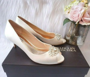 Badgley Mischka Ivory Layla Embellished Peep Toe Low Heel Satin Pumps Size US 8.5 Regular (M, B)