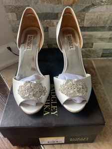 Badgley Mischka White/Satin Pumps Size US 8 Regular (M, B)