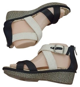 Dolce Vita Black & Cream Sandals