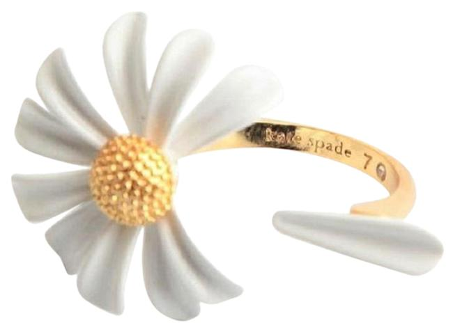Item - White Into The Bloom Daisy Ring