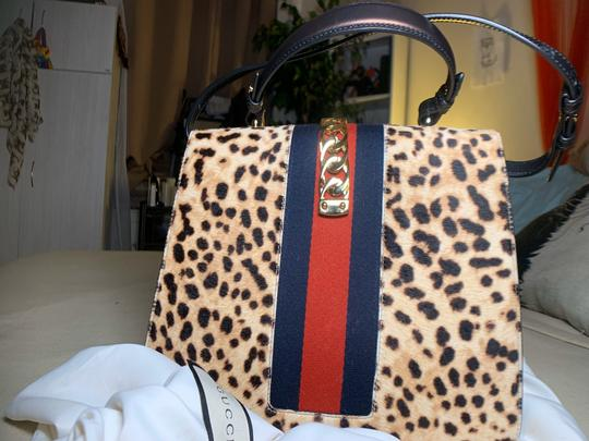 Preload https://img-static.tradesy.com/item/27347389/gucci-sylvie-top-handle-bag-beige-leopard-print-and-navy-blue-calf-hair-leather-baguette-0-0-540-540.jpg